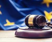 Richter-Hammer vor Europa-Flagge
