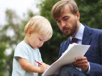 Vater lässt Kleinkind Dokument unterzeichnen