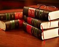 Gesetzbücher auf Tisch